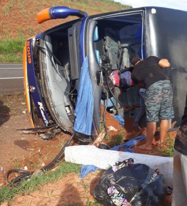 Ônibus de Umuarama com lojistas retornado do Brás tomba próximo a Santa Cruz do Rio Pardo