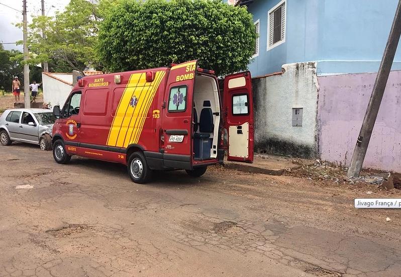 Carro arranca poste de energia em acidente no centro de Jacarezinho