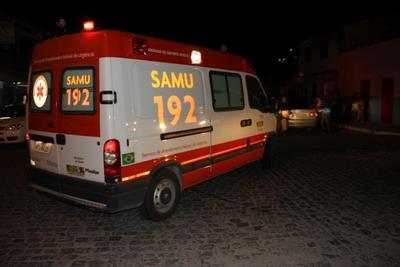 Carreta arranca retrovisor de ambulância do Samu na BR 153