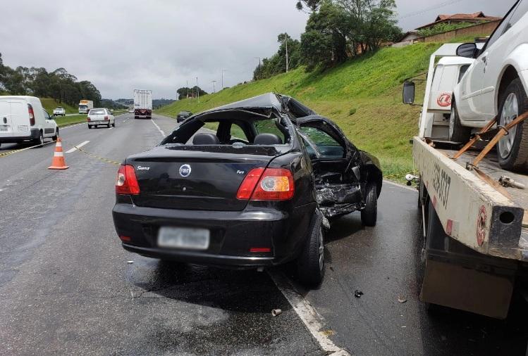 Paraná: Carro bate contra caminhão guincho e motorista morre na hora em rodovia