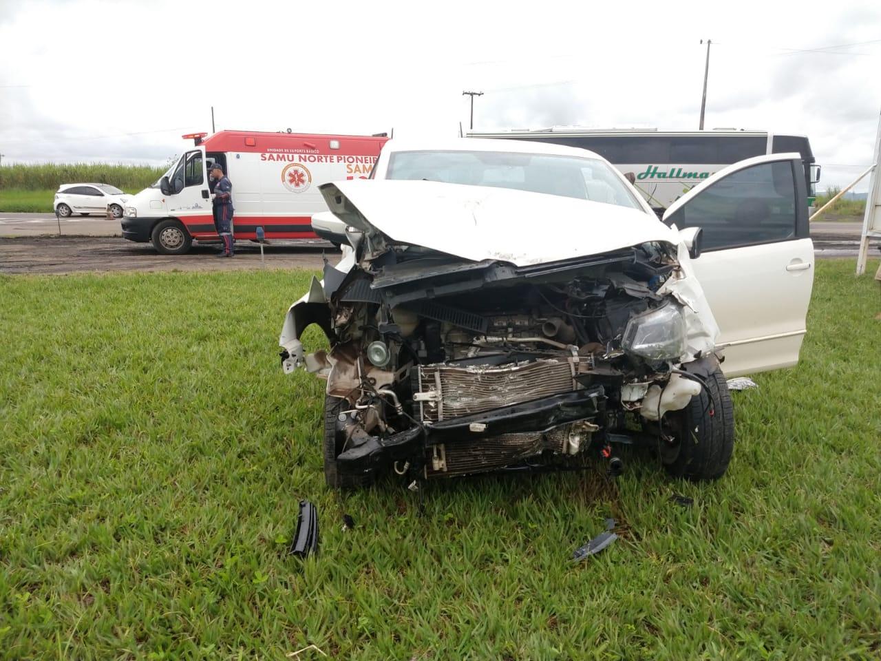 Colisão entre Fox e Corolla deixa dois feridos na BR-153