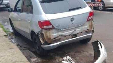 Acidente entre dois carros em cruzamento no centro de Jacarezinho