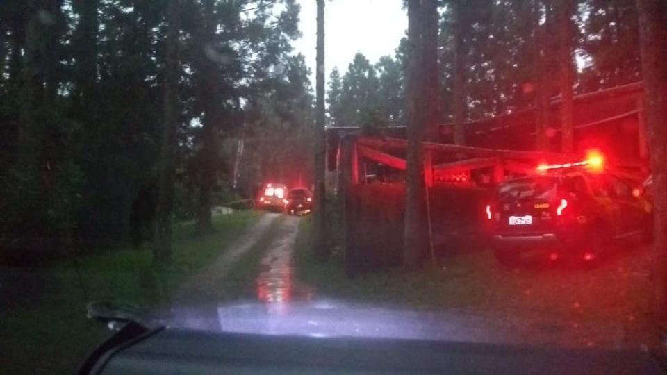 Raio estoura fiação e mulher é atingida por descarga elétrica; marido foi tentar salvar e morreu