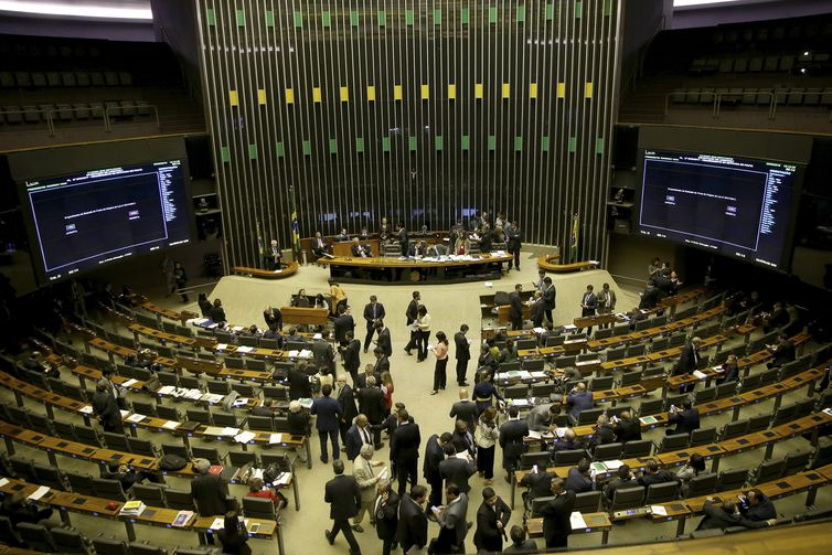 Governo vai propor idade mínima de 65 anos para homens e mulheres, diz Estadão