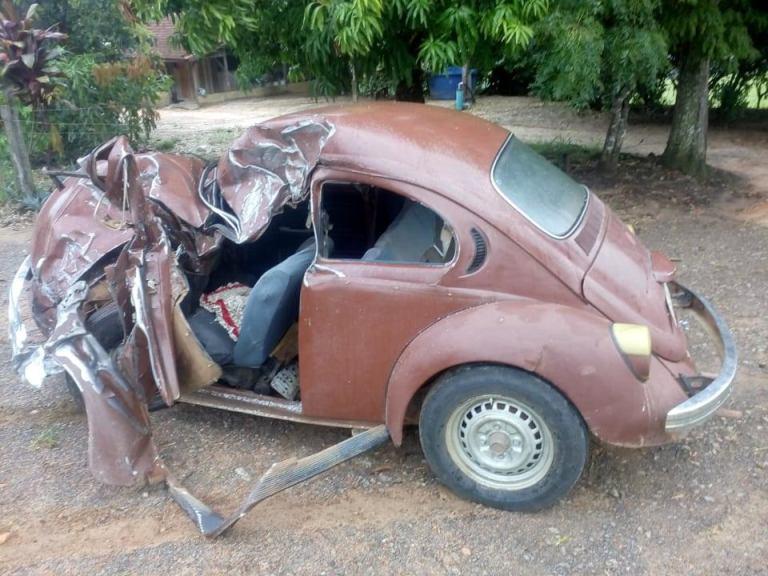Acidente entre fusca e caminhão mata duas pessoas