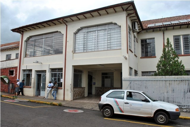 Galho de arvore cai sobre moto e provoca acidente no centro de Jacarezinho
