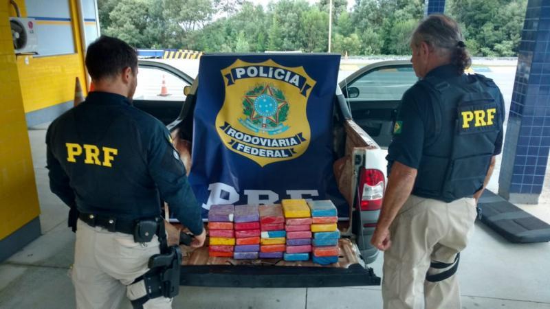 PRF encontra 30 kg de cocaína em carro com placas de Jacarezinho