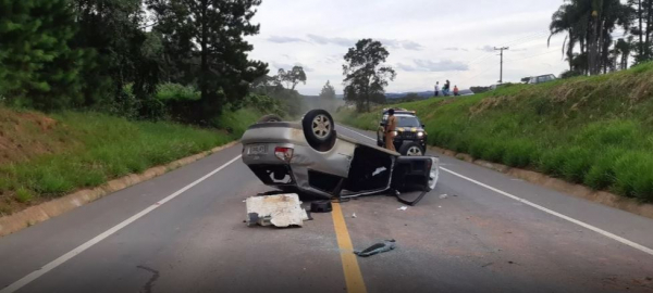 Motorista fica gravemente ferido em capotamento na BR-153