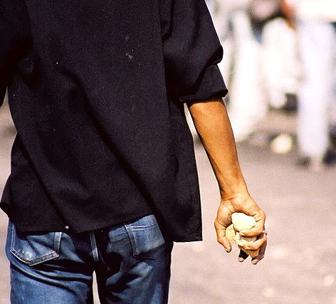 Homem usa pedra para roubar cerveja em mercado de Jacarezinho