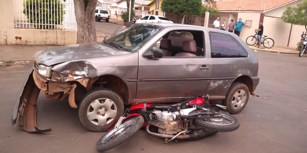 Motorista foge após acidente e abandona bebê em carro