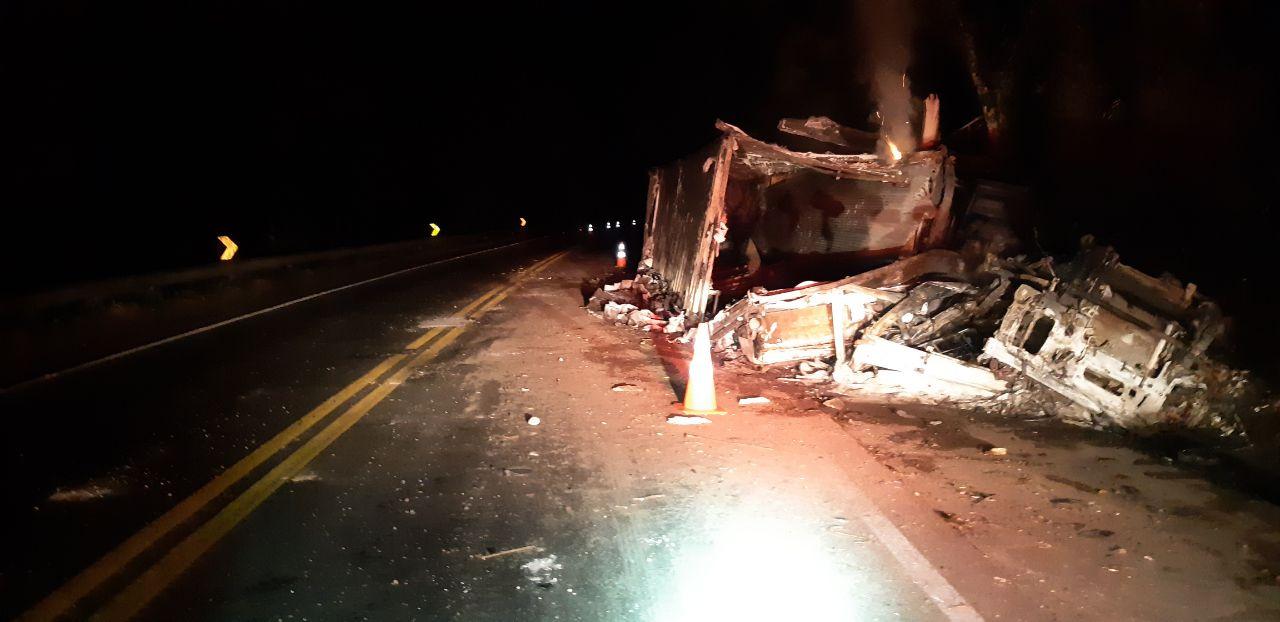 Mulher morre após caminhão tombar e pegar fogo no Paraná