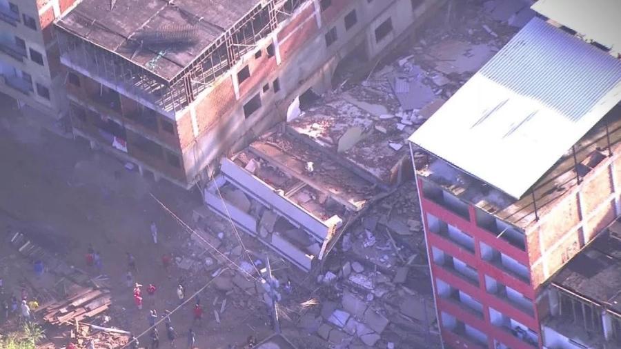 Dois prédios desabam em comunidade no Rio de Janeiro