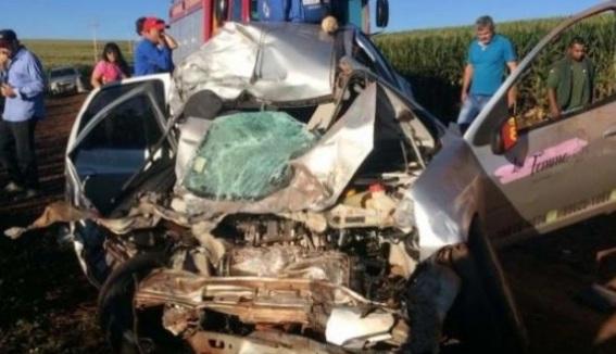 Paraná: Caminhão bate de frente com Prisma e carro é destruído na PR-180