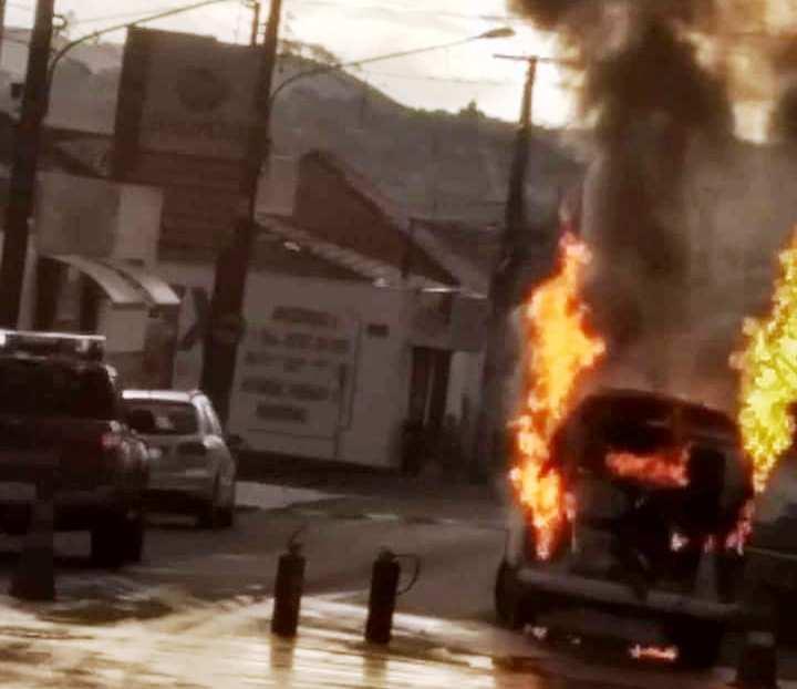 Kombi da Prefeitura Municipal de Jacarezinho pega fogo