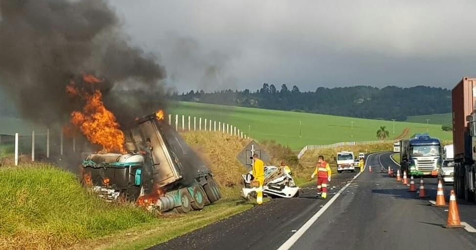 Acidente deixa motorista morto e caminhão incendiado