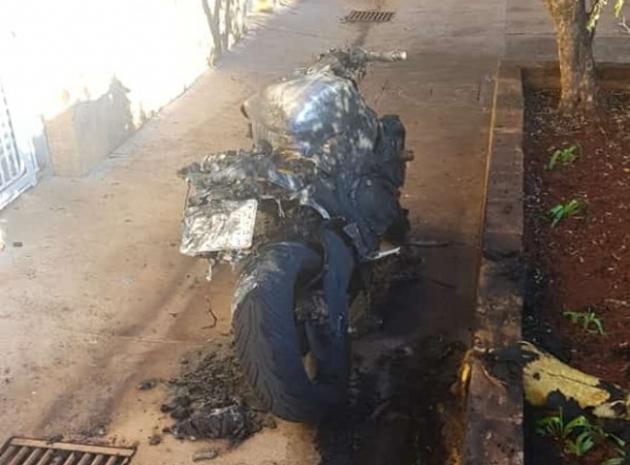 Inacreditável: Taxista tem parte do corpo queimado após atear fogo em moto de vizinho