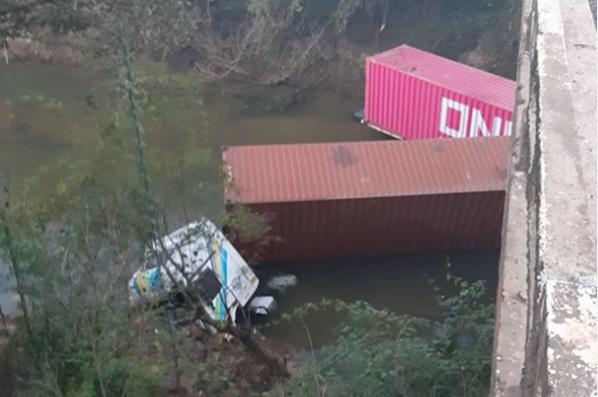 BR-153: Caminhão despenca de ponte no Rio Capivari e motorista morre na queda
