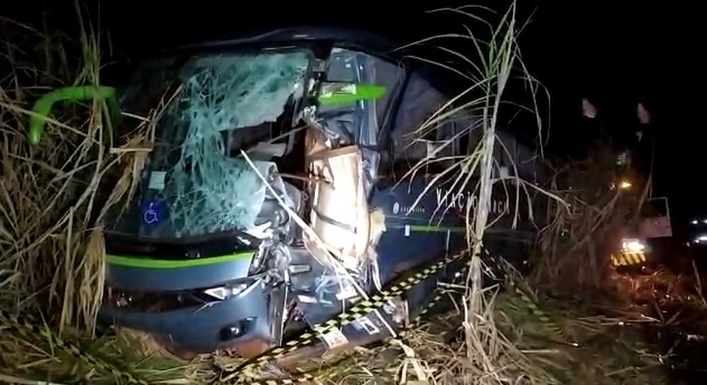 Acidente com ônibus deixa uma pessoa morta e outras seis feridas na PR-170