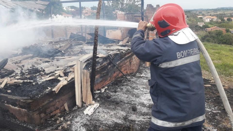 Casa é consumida pelas chamas em Jaboti