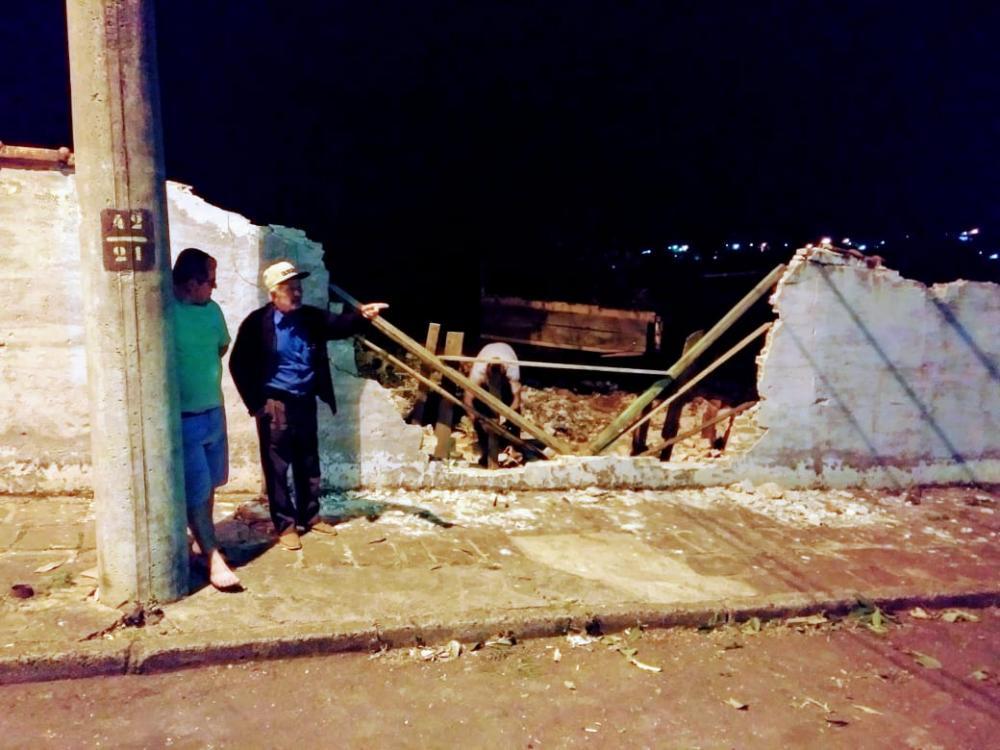 Caminhão sem freio derruba muro e invade horta da Santa Casa de Jacarezinho