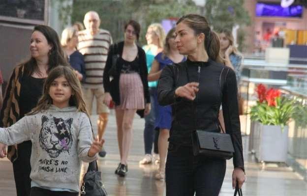 Sophia, filha de Grazi e Cauã aparece em clique raro com a mãe