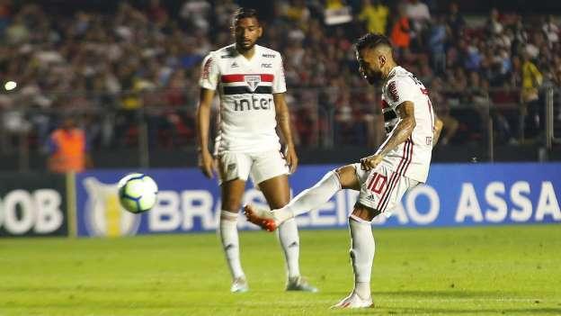 Após empate frustrante do São Paulo, Daniel Alves dispara contra jornalistas: 'Imprensa nunca jogou'