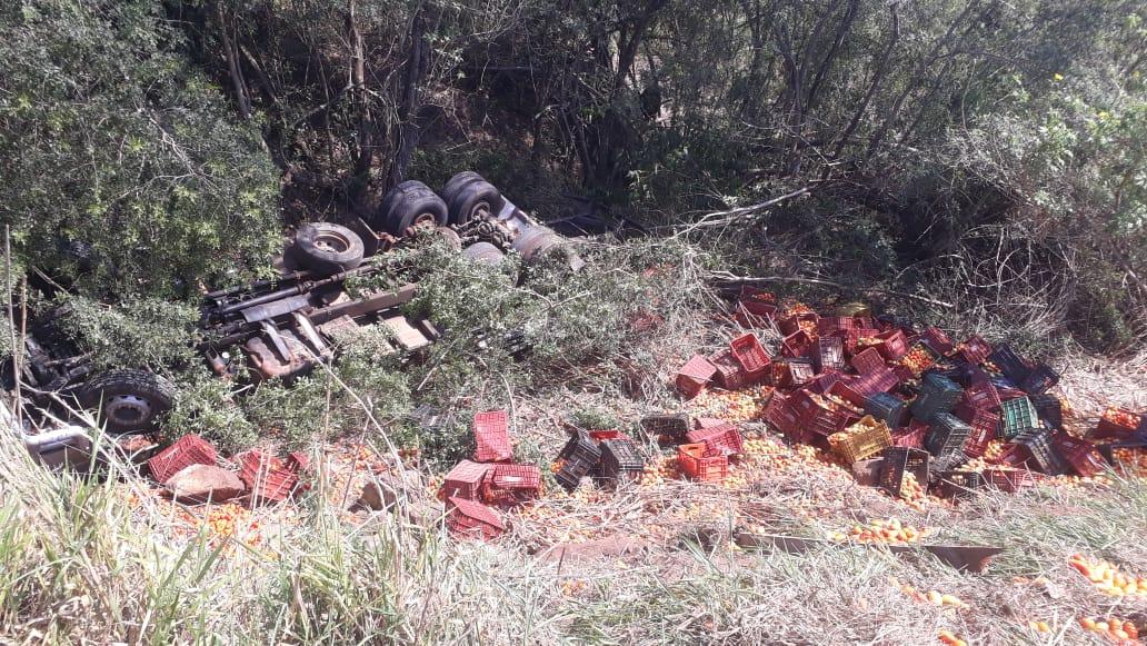 Caminhão com carga de tomate tomba na BR-153 em Jacarezinho
