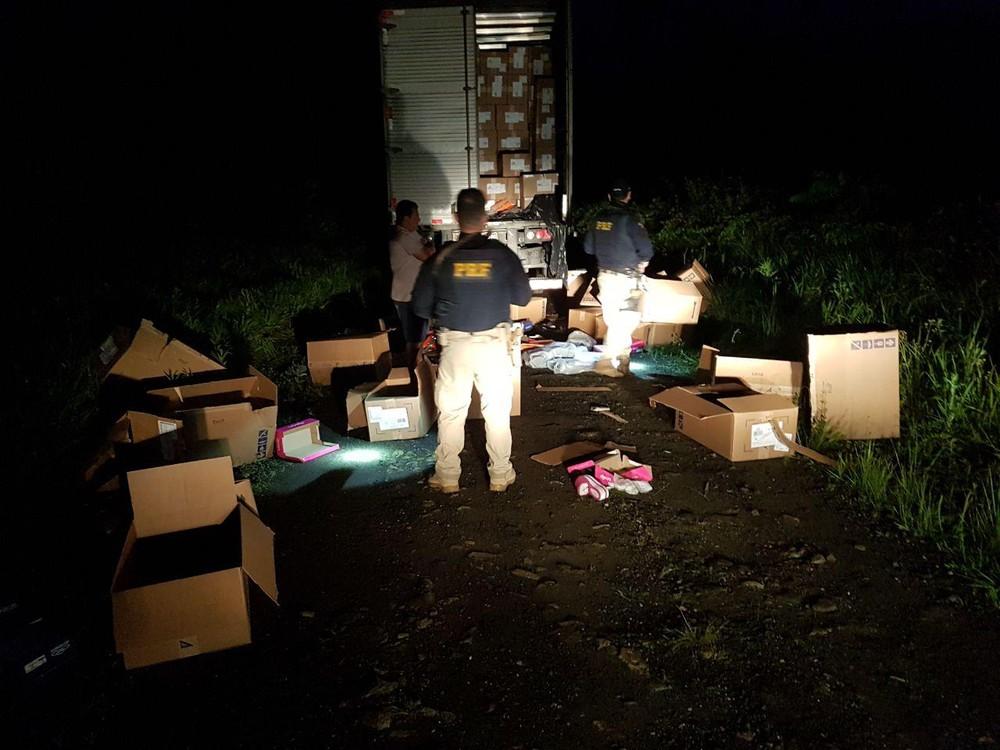 Motorista mantido refém em assalto a caminhão é resgatado