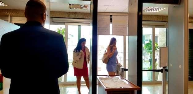 Juíza mede saia de advogadas com régua e barra entrada, denuncia OAB-RJ
