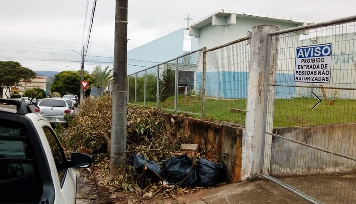 FALTA DE CONSCIÊNCIA: Lixo e entulhos nas ruas de Jacarezinho