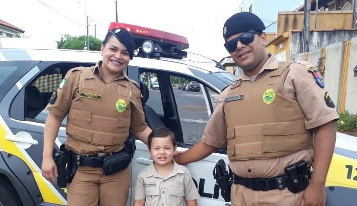 Criança recebe visita de Policiais Militares do 2º BPM