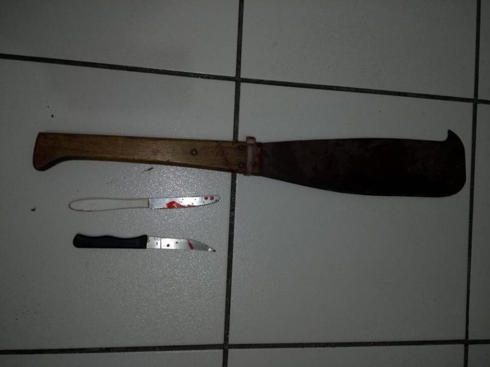 Homem tem mão decepada por golpe de facão após invadir residência