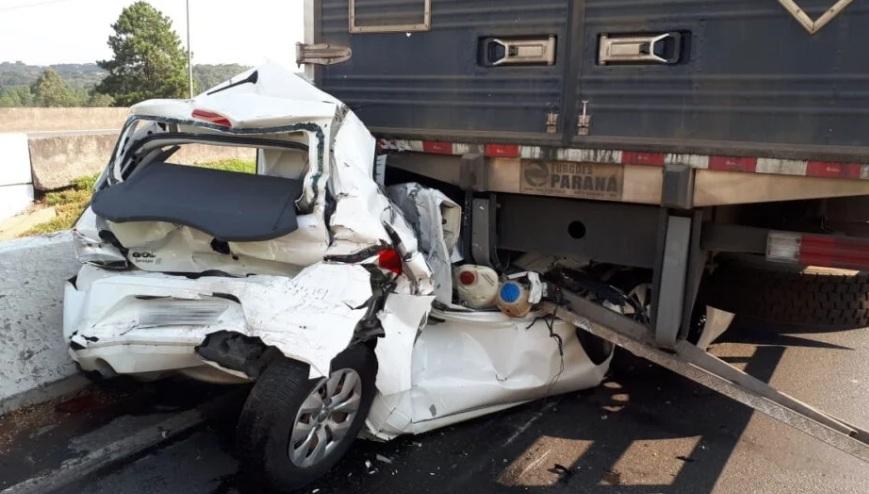 Paraná: Motorista sai ileso mesmo após carro ser destruído em batida contra caminhão