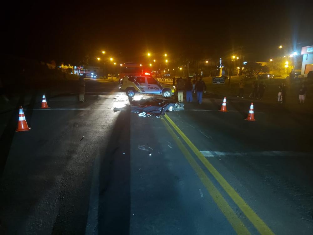 Motociclista e garupa batem em Fox e morrem atropelados por carreta