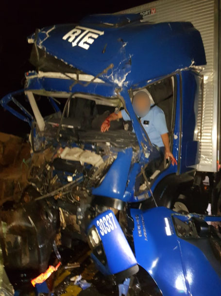 PR-092: Colisão frontal entre caminhões deixa motorista preso nas ferragens