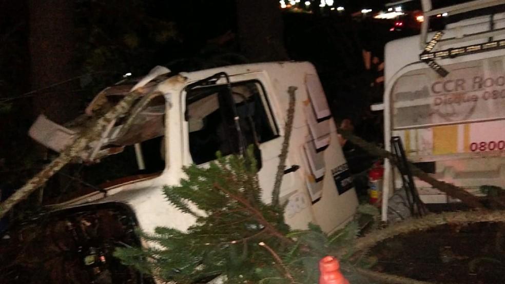 Acidente com três caminhões deixa motorista gravemente ferido na BR-376