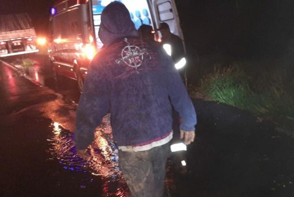 Caminhão cai em ribanceira na BR-153 e motorista fica preso às ferragens
