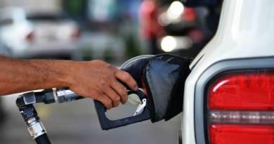 A queda do preço dos combustíveis vai chegar às bombas?