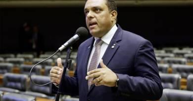 Deputado aliado de Bolsonaro põe evangélicos em lados opostos nas eleições