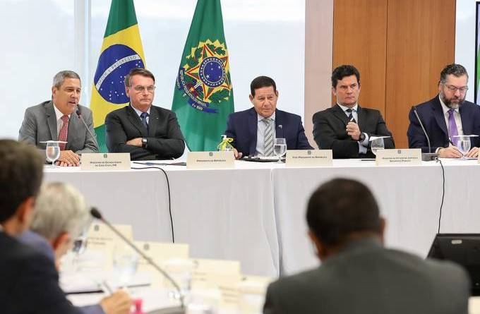 Bolsonaro em reunião sobre troca na PF: 'Querem f* minha família'