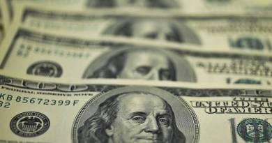 Dólar encerra semana valendo menos que R$ 5