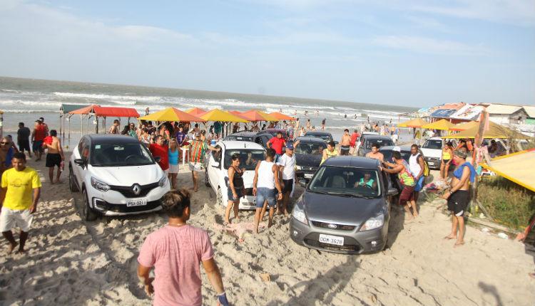 Acesso de carros à faixa litorânea da Praia do Meio e Araçagi podem ser proibidas