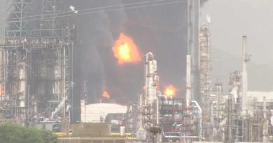Relâmpago causa incêndio em complexo petroquímico em Espanha