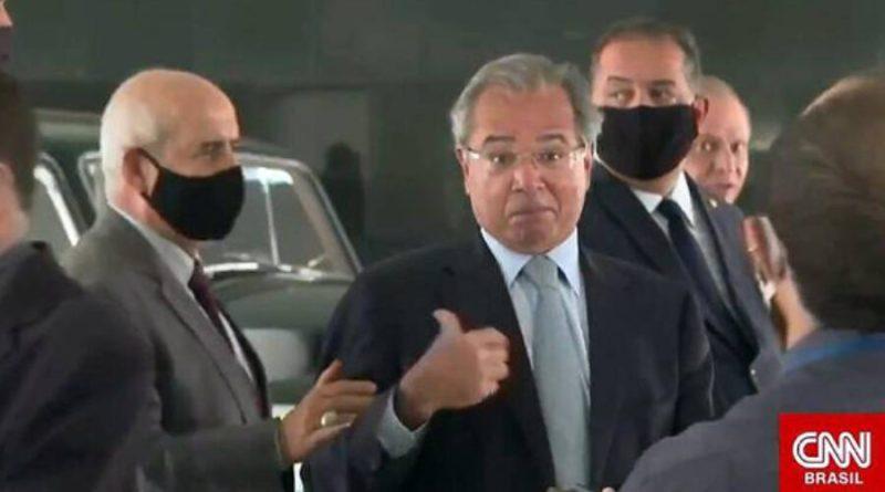 Guedes é retirado de coletiva por ministro militar e líder do governo