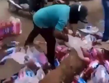 População pega mercadoria de caminhão que tombou na BR-010; veja vídeo