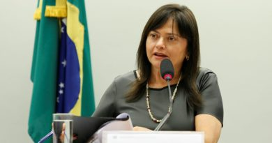 """Bolsonaro é mercador da morte"", diz Alice após Anvisa suspender vacina"