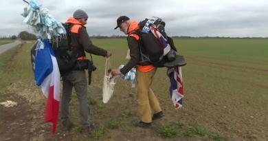Dupla franco britânica apanha milhares de máscaras usadas