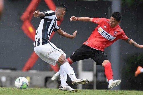 À espera de contrato, centroavante chama atenção no Santos B