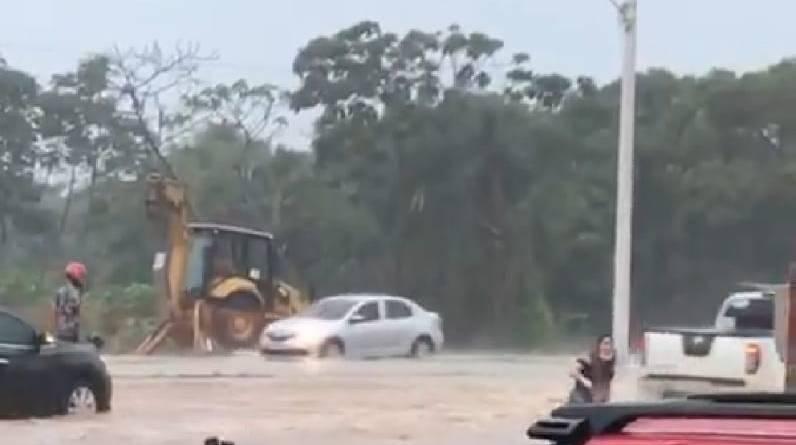 VÍDEOS: Forte chuva provoca alagamentos e outros transtornos no Araçagy