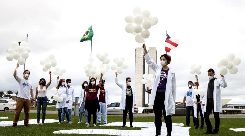 'Vacina salva, Bolsonaro não': protestos marcam o Dia Mundial da Saúde